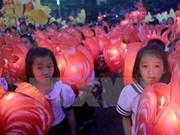 Niños vietnamitas celebran Fiesta de Medio Otoño