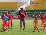 Exfutbolista del club inglés Arsenal se impresiona ante jugadores juveniles vietnamitas