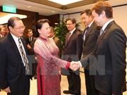 Presidenta del Parlamento vietnamita dialoga con representantes de empresas singapurenses