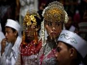 Parejas indonesias celebran Año Nuevo con boda masiva