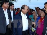 Premier de Vietnam entrega donaciones a pobladores afectados por desastres