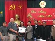 Veteranos estadounidenses entregan registros de restos de mártires en Quang Tri