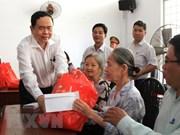 Presidente de Frente de la Patria de Vietnam entregan obsequios a familias pobres en ocasión del Tet