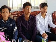Ministro de Educación premia a estudiante en Soc Trang por honestidad