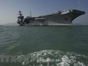 Funcionarios de Vietnam visitan portaaviones estadounidense