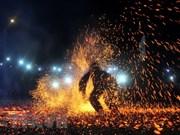 Grupo étnico minoritario vietnamita celebra danza tradicional de fuego