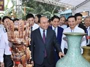 Primer ministro de Vietnam visita famosa aldea ceramista de Bat Trang