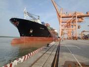 Gigantesco buque portacontenedores de Singapur arriba al puerto de Hai Phong