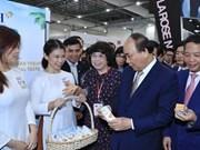 Premier de Vietnam visita pabellón nacional en Feria de Alimentos de Asia en Singapur