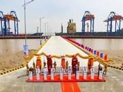 En funcionamiento puerto de aguas profundas Nam Dinh Vu en Vietnam