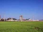 Refinería de petrolero Dung Quat entre plantas más verdes de Vietnam