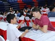 Empresarios y estudiantes vietnamitas intercambian sobre los libros favoritos
