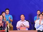 Primer ministro de Vietnam dialoga con trabajadores en parques industriales