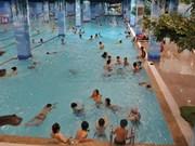 Intensa ola de calor aumenta número de bañistas en piscinas en Hanoi