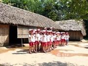 Jóvenes vietnamitas residentes en el extranjero visitan casa natal del Presidente Ho Chi Minh