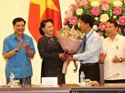 Presidenta parlamentaria de Vietnam se reúne con destacados trabajadores