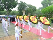 Dirigentes de Vietnam rinden homenaje a héroes mártires de la Patria