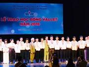 Entregan becas a estudiantes excelentes de Vietnam