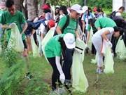 Centenar de estudiantes vietnamitas recolectan basuras en Día Mundial de la Limpieza