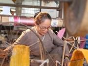 """Mujer vietnamita se dedica al tejido a partir de """"seda de loto"""""""