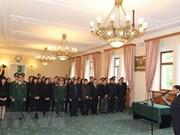 Vietnamitas y amigos extranjeros firman libros de condolencias por deceso de Do Muoi