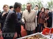Diplomáticos vietnamitas participan en feria caritativa en Beijing
