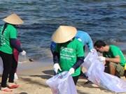 Jóvenes vietnamitas reciclan basura con ideas creativas