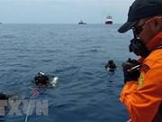 Recuperan tren de aterrizaje del avión accidentado en Indonesia