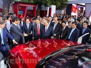 Premier de Vietnam asiste a la presentación de automóviles de VinFast