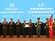 Dirigentes de provincia vietnamita condecorados con medallas y órdenes nobles de Laos