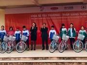 Entregan bicicletas para estudiantes pobres de la región norteña de Vietnam