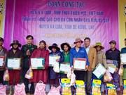 Provincia centrovietnamita entrega obsequios a pobladores pobres laosianos