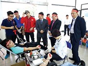 Estudiantes vietnamitas participan en la donación de sangre en Domingo Rojo