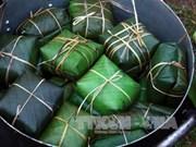 Experimentan turistas extranjeros elaboración de pastel típico de Tet en Vietnam