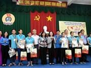 Entregan representantes del Partido y Estado de Vietnam regalos a personas pobres en ocasión del Tet