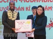 Obsequian regalos de año nuevo lunar a estudiantes extranjeros en provincia vietnamita