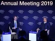 Premier Xuan Phuc dialoga con presidente de FEM sobre integración global de Vietnam