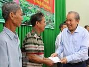 Entrega vicepremier vietnamita regalos a personas necesitadas en ocasión del Tet