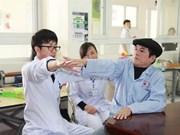 Médico japonés Iizuka Kazuhiro con pacientes vietnamitas