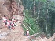 Decenas de personas enterradas tras derrumbe en una mina de Indonesia