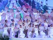 Desfilan miles de personas con el Ao Dai en Ciudad Ho Chi Minh