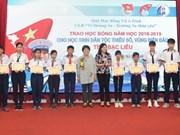 Otorgan en Vietnam becas a alumnos con dificultades económicas