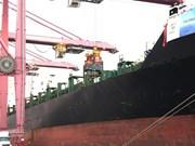 Barco carguero de 40 mil toneladas arriba al puerto de Ciudad Ho Chi Minh