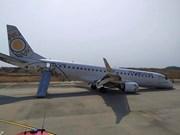 Un avión myanmeno aterriza sin ruedas delanteras