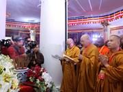 Asisten delegados internacionales al Dia de Vesak en Vietnam a acto de oración por la paz