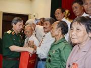 Entregan en Vietnam regalos a personas con méritos revolucionarios