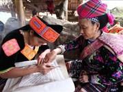 Oficio de tejeduría de la etnia Mong de Vietnam atrae a turistas