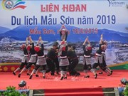 Asisten miles de turistas al Festival de Turismo de Mau Son en Vietnam
