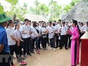 Jóvenes expatriados vietnamitas rinden homenaje al presidente Ho Chi Minh en Nghe An
