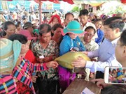 Reciben ayuda humanitaria camboyanos de origen vietnamita en la provincia de Kampong Chhnang
